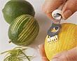 cortando tirinhas de cascas de limão